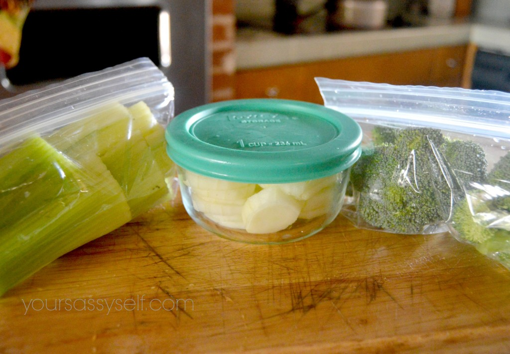Pyrex and Snack Baggies with Veggies - yoursassyself.com