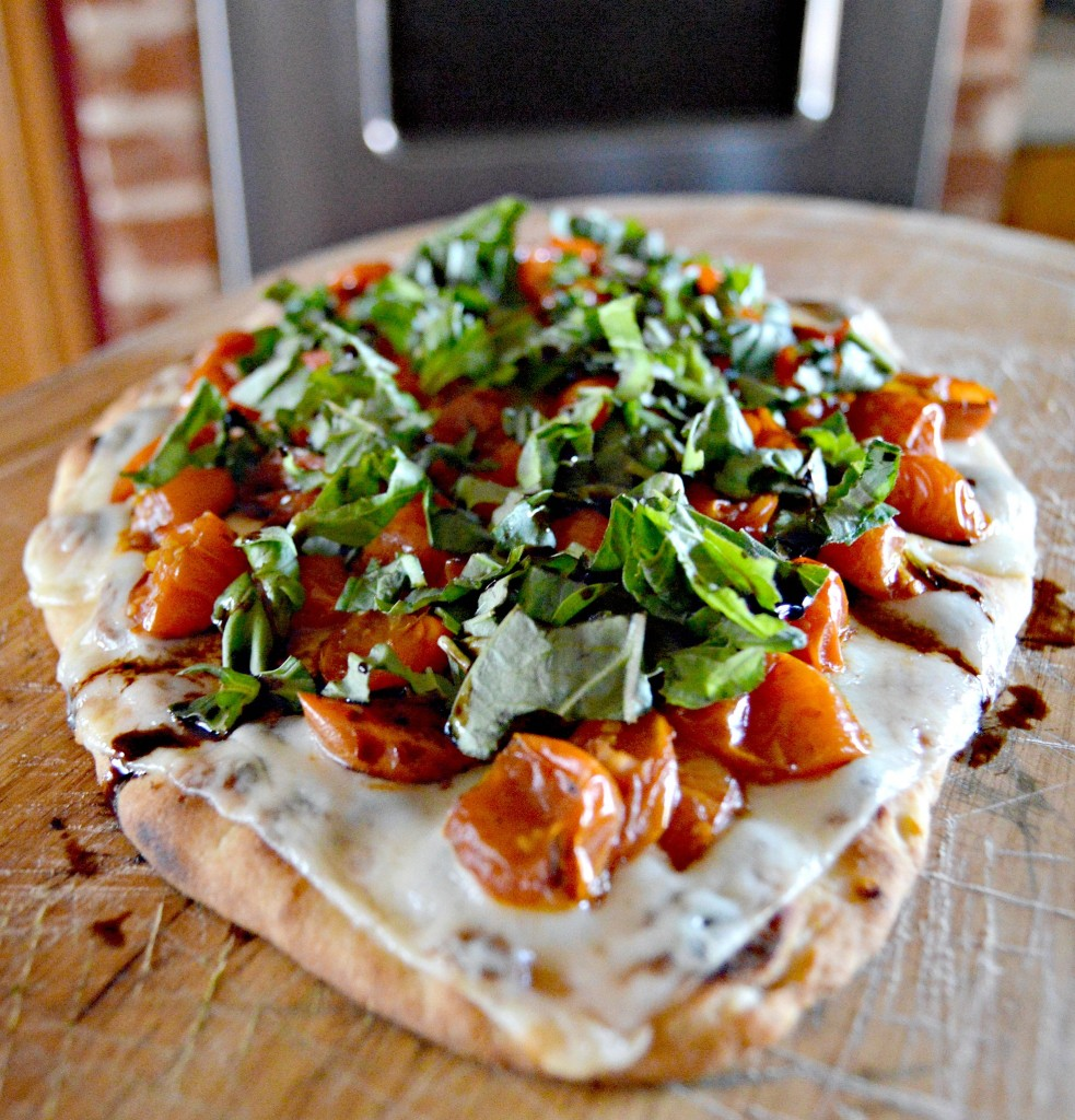 Simple Margherita Flatbread Pizza - yoursassyself.com