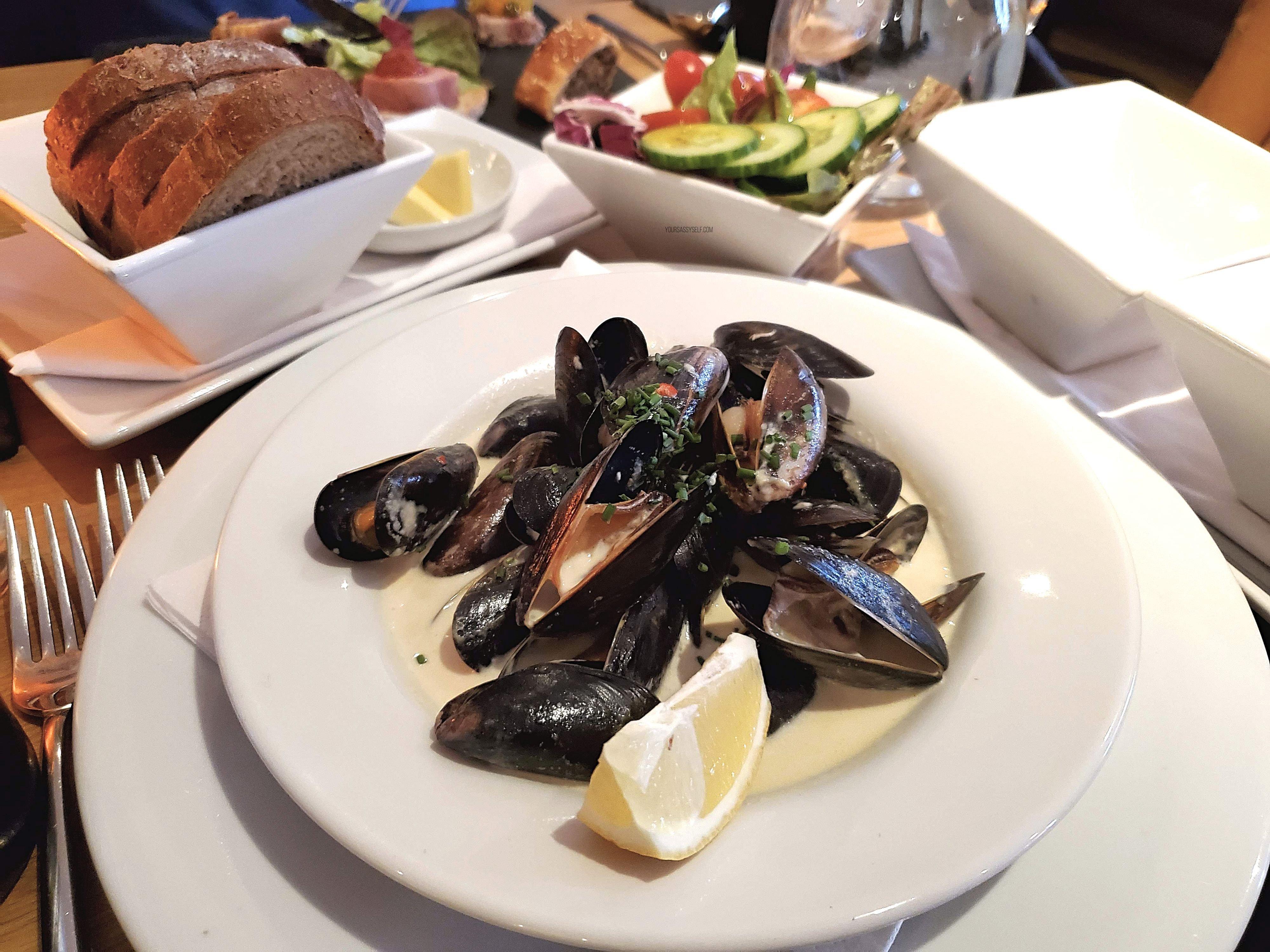 Mussels bread and salad - yoursassyself.com